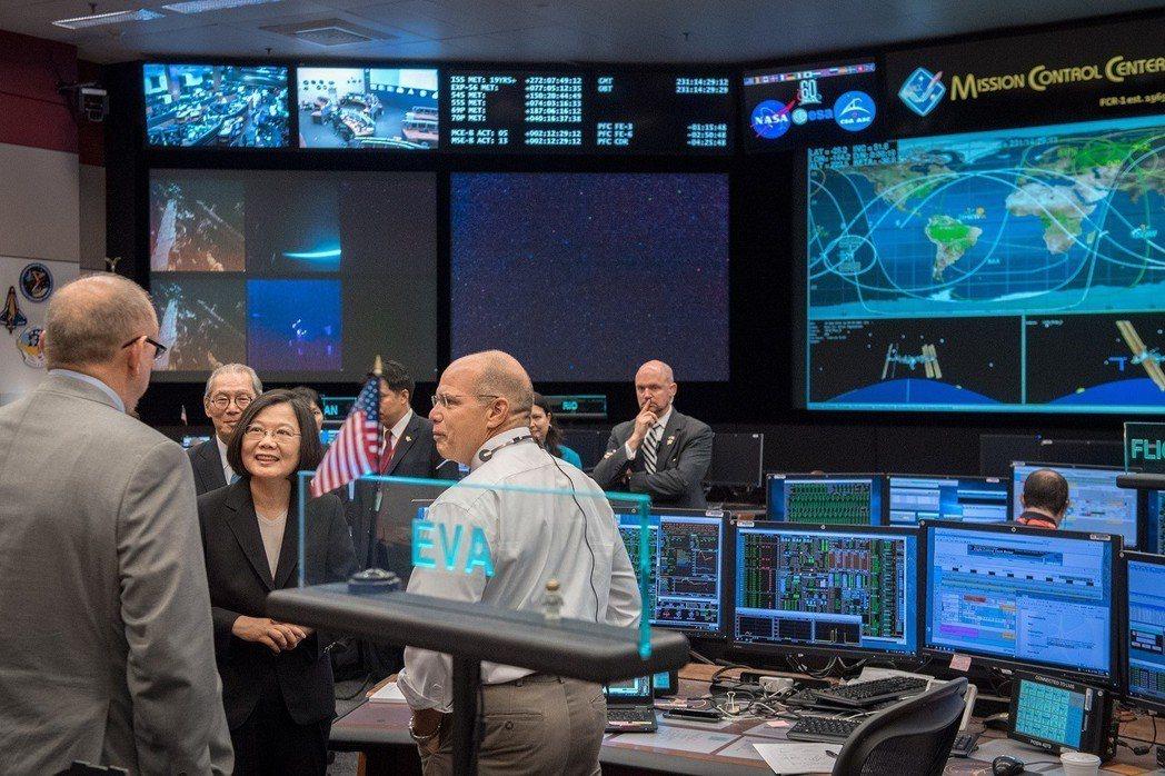 蔡英文日前過境美國時參訪NASA,為我國歷任總統首度參訪美國官方機構。 圖/取自蔡英文總統官方臉書