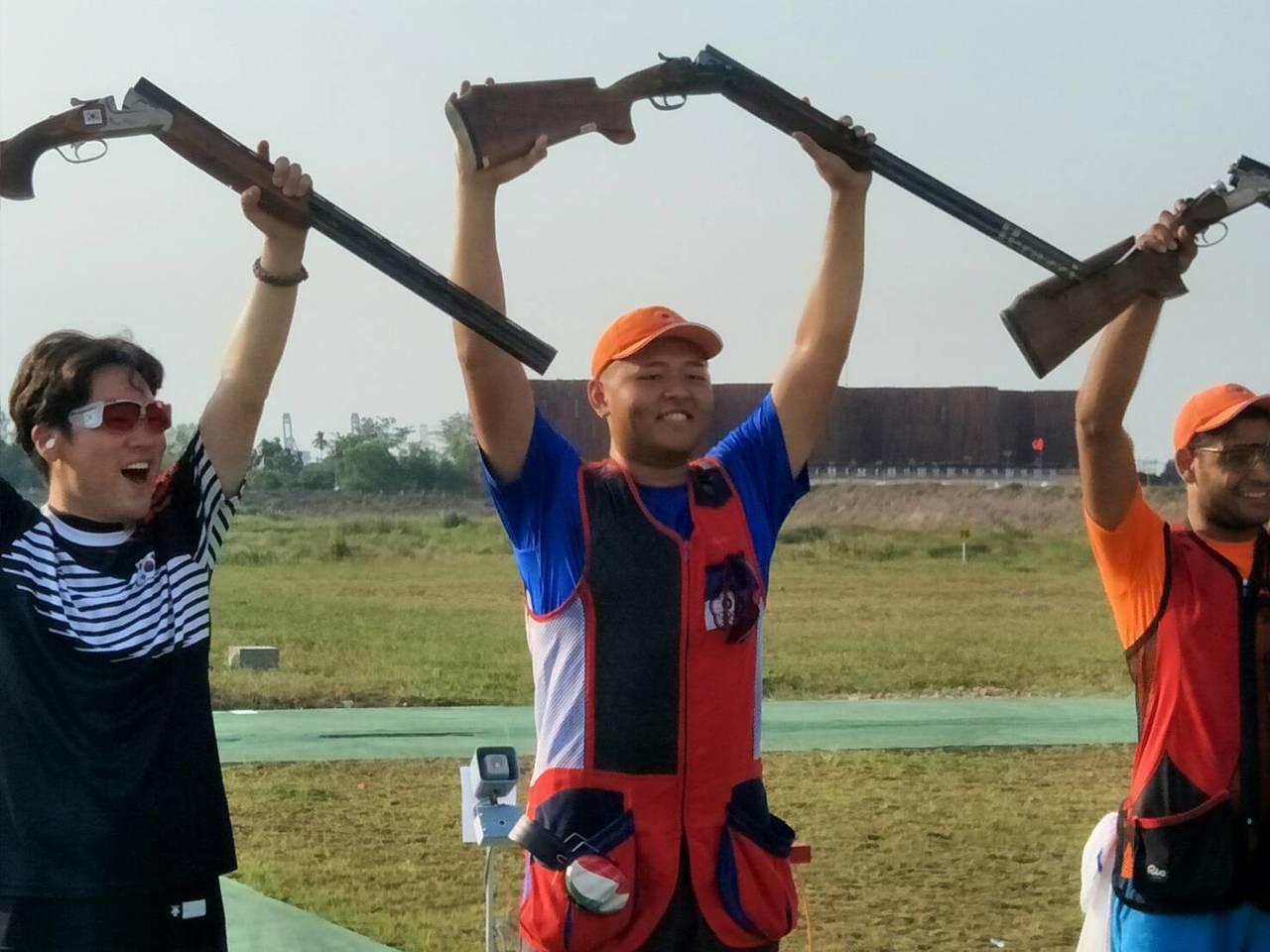 楊昆弼(中)奪得男子不定向飛靶金牌。 中華奧會提供