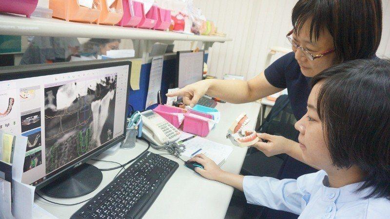 牙技所這一端接受來自牙醫診所上傳的患者口掃資訊,從電腦螢幕上了解缺牙狀況、模擬補...