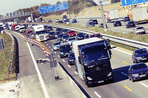 德國高速公路段向重量7.5噸以上的大型卡貨車收費(LKW)。2003年以來引入大...