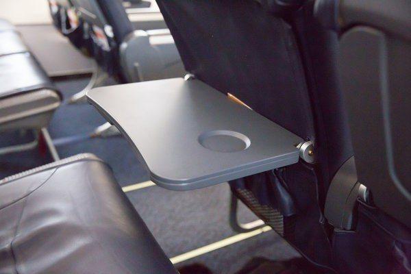 起飛和降落時要調直座椅靠背和收起前方小桌板。 圖/bravotv.com