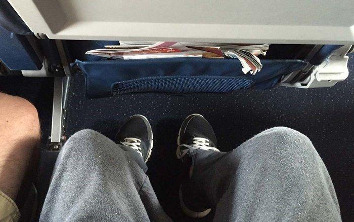 隨身行李放在座位底下。 圖/travelandleisure.com