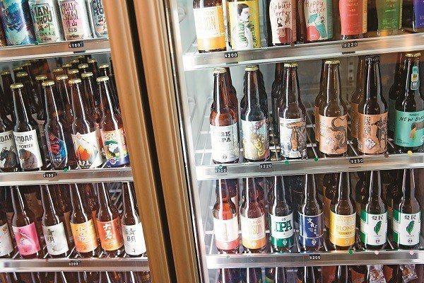 為了讓外國朋友能夠更認識台灣,61 NOTE店裡的精釀啤酒全都是國產品牌。(攝影...