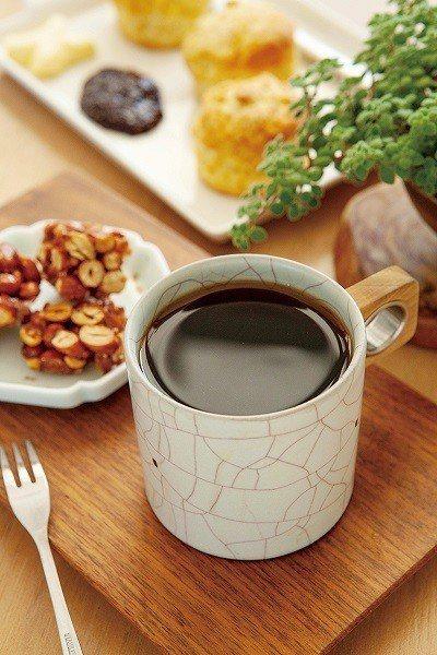 白日夢特調150元(前)/店內招牌單品咖啡,搭配自家陶藝杯更有滋味。花生酥30元...