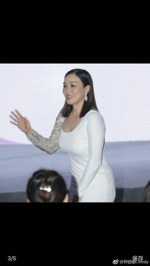 47歲香港女星鍾麗緹近來因身型圓潤常被討論,今深夜她透過微博發了長文,解釋身材走樣主因,表示正在積極備孕,嘗試做試管嬰兒,解釋,「我其實已經備孕半年了,可能因為藥物影響了荷爾蒙或者內分泌的問題,身體...