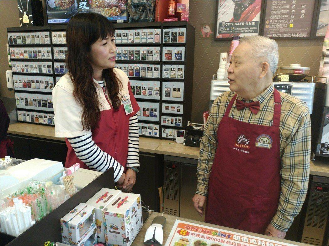 阿郎爺爺(右)今年初參加「幾點了咖啡館」實習生行列。 圖/楊東學提供