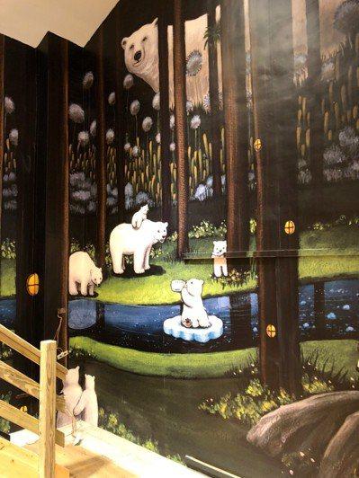 陳樹菊圖書館二樓的牆面插畫預言有一天北極熊會因地球暖化,改到森林棲息。 圖/黃明...