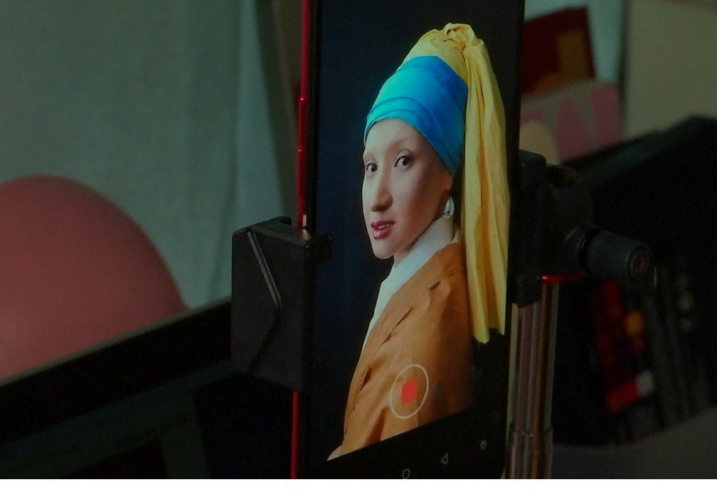 大陸重慶部落客何雨虹,以仿妝呈現名畫人物「戴珍珠耳環的女孩」。擷自路透影音