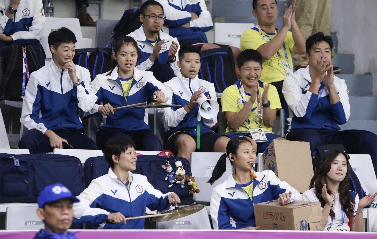中華隊搶4強門票,啦啦隊大聲加油。特派記者余承翰/雅加達攝影