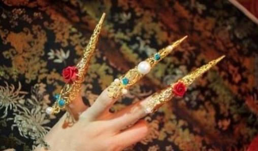 清代護指大多卷成錐桶狀,有金、銀、玉、玳瑁、琺琅等材質,嵌入珠寶玉飾,造型華麗。...