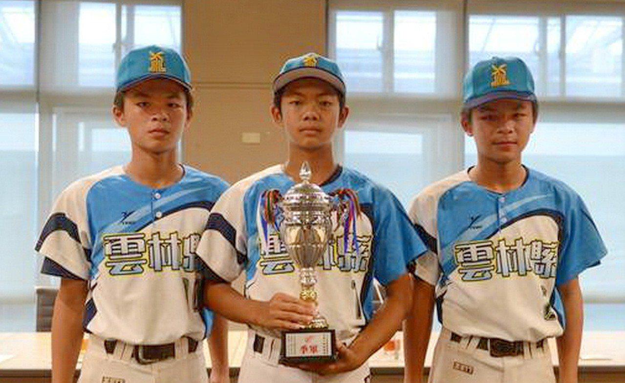 褒忠國小棒球隊的胡振義(左)和胡振利(右)雙胞胎兄弟,雙雙入選為國家代表隊,並在...