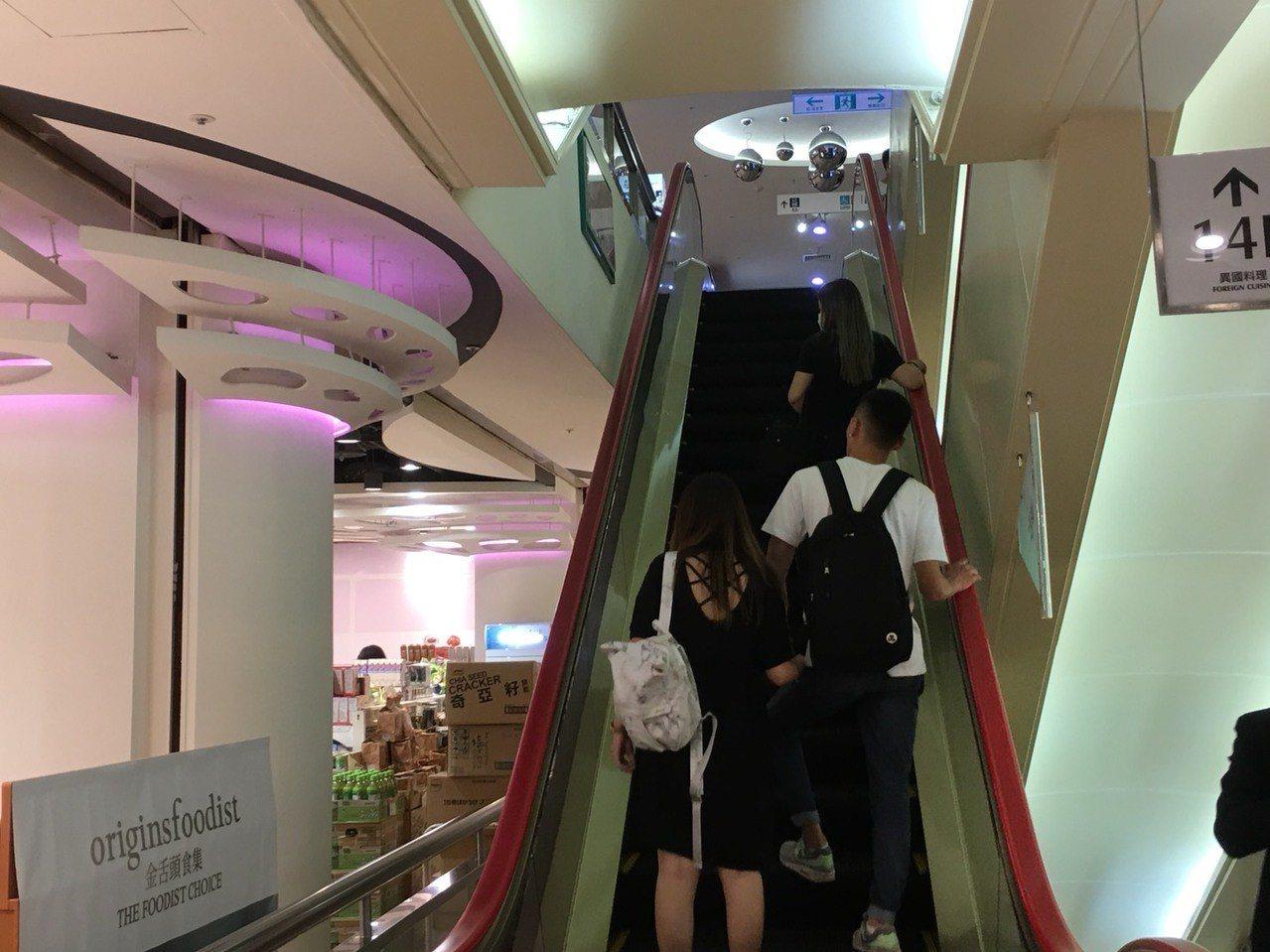 台中市一名13歲少女,今天中午和朋友逛台中廣三SOGO百貨時,少女搭乘手扶梯,從...