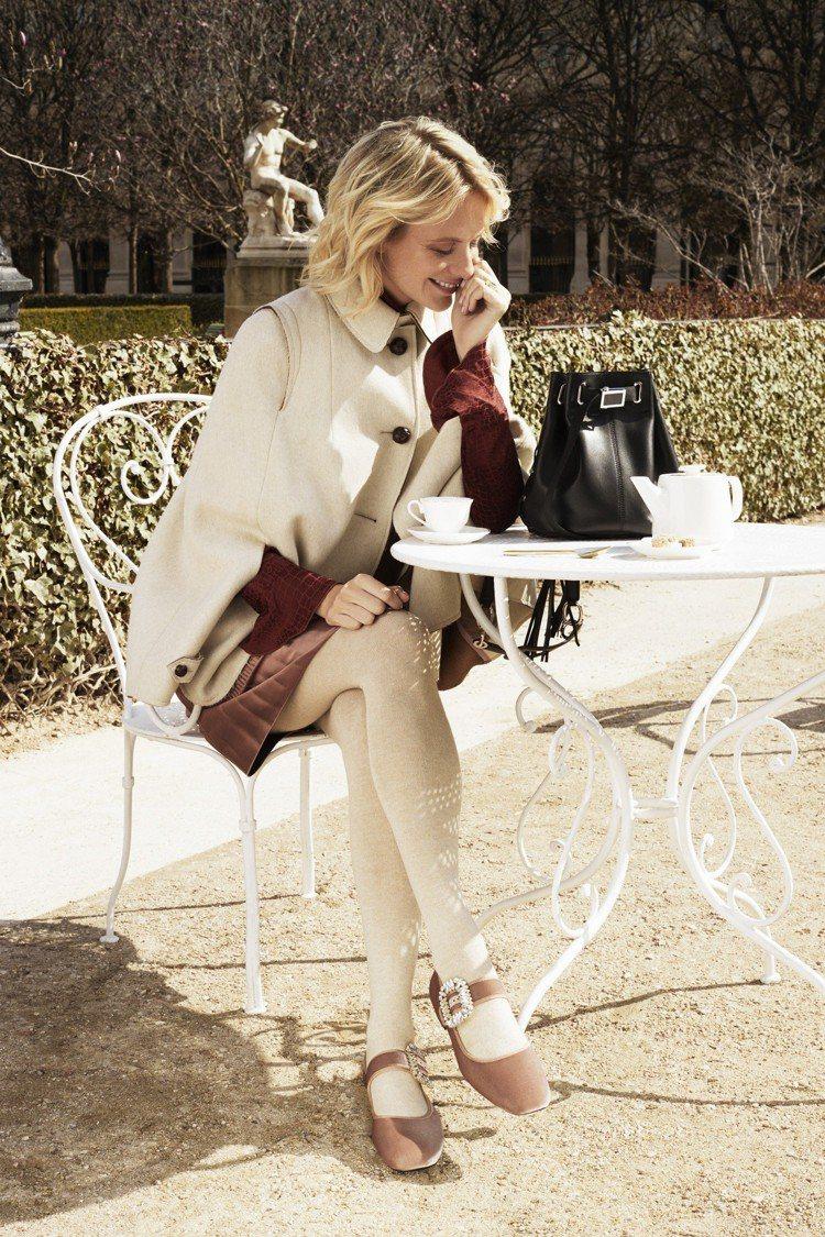 芭碧迪樂芬妮穿戴Roger Vivier流蘇裝飾皮革水桶包88,600元,水鑽扣...