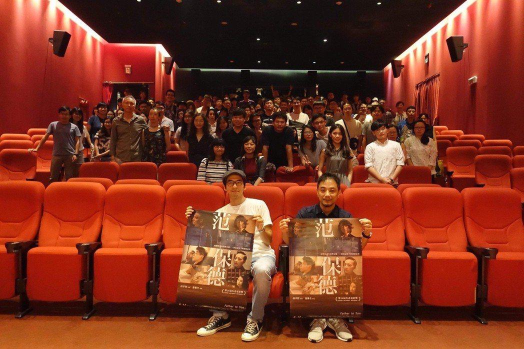 「范保德」導演蕭雅全(右)與演員傅孟柏(左)勤跑戲院宣傳。圖/鏡象提供