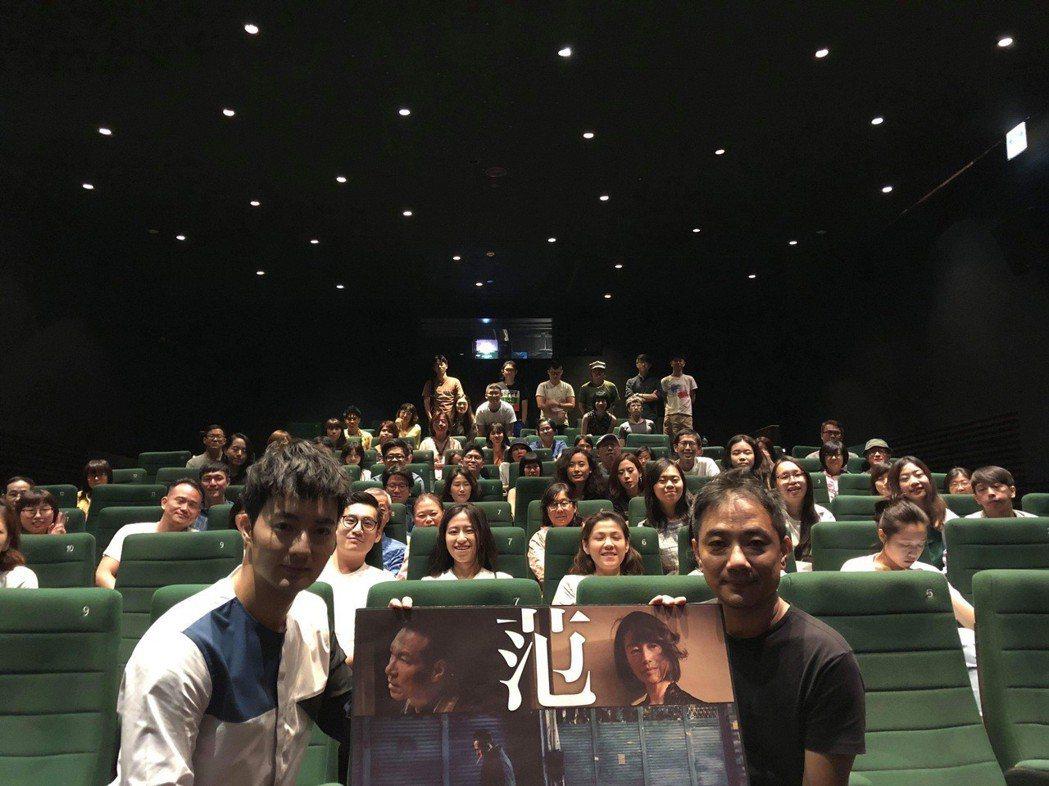 「范保德」導演蕭雅全(右)與演員古斌(左)勤跑戲院宣傳。圖/鏡象提供