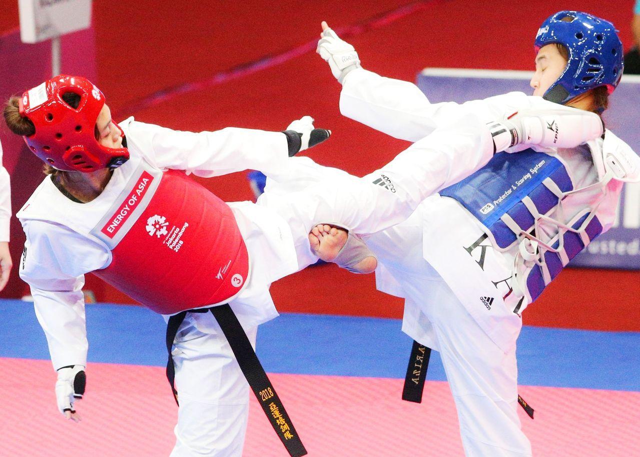 中華隊蘇柏亞(紅方)在雅加達亞運女子53公斤級四強賽擊敗哈薩克對手,闖進決賽。特...