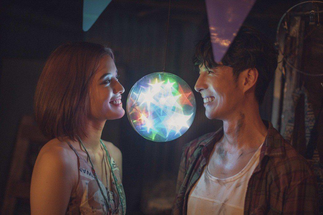 陳勢安(右)和MV女主角談情說愛。圖/華納提供