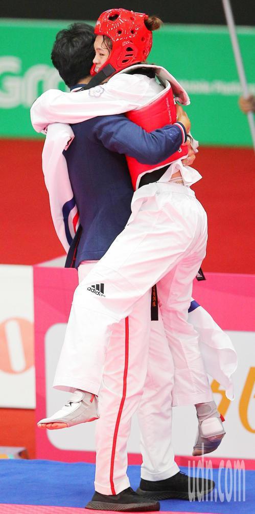 中華蘇柏亞(右)跆拳道53公斤級奪金,與教練擁抱慶祝。特派記者陳正興/雅加達攝影