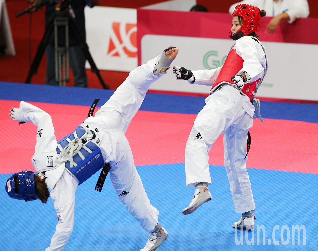 中華蘇柏亞(右)跆拳道53公斤級奪金,踢飛韓國選手。特派記者陳正興/雅加達攝影