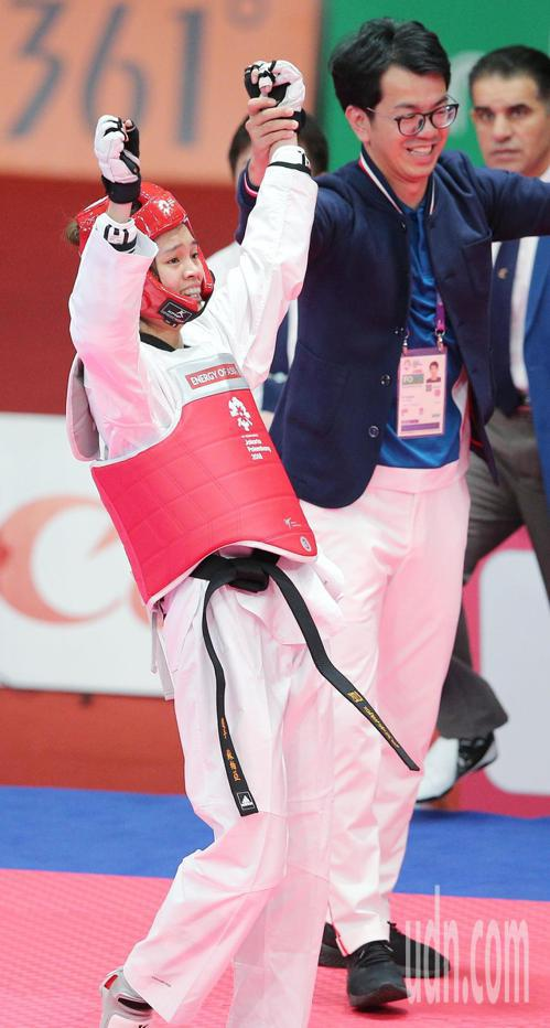 中華蘇柏亞(左)跆拳道53公斤級奪金,跟民眾揮手致意。特派記者陳正興/雅加達攝影