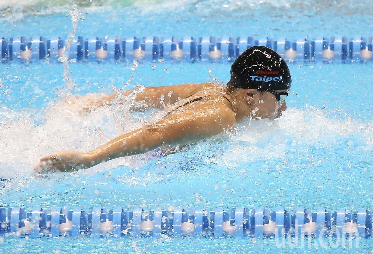 中華隊女將黃渼茜在雅加達亞運女子50公尺蝶式預賽游出26秒98的成績,決賽再突破...