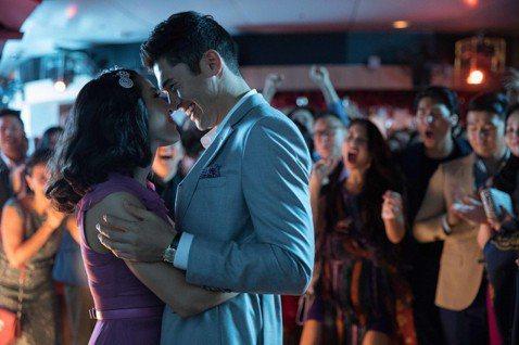 愛情喜劇「瘋狂亞洲富豪」在北美上映5天(8/15-19),以3400萬美元(約新台幣10.4億)的票房成績奪下冠軍,不只是今年喜劇開片冠軍,也是自從2015年以來,首週票房成績最高的浪漫喜劇電影。這...
