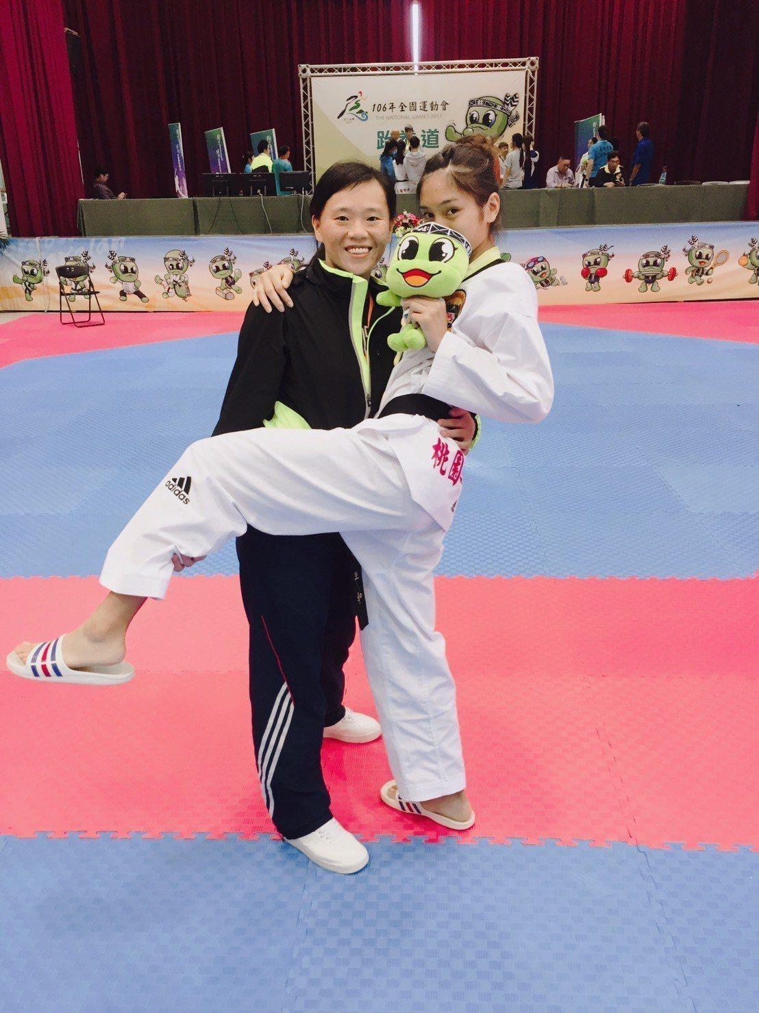 平鎮高中跆拳道專任運動教練張瓊芳(左)和蘇柏亞墨契十足。圖╱蘇俊維提供