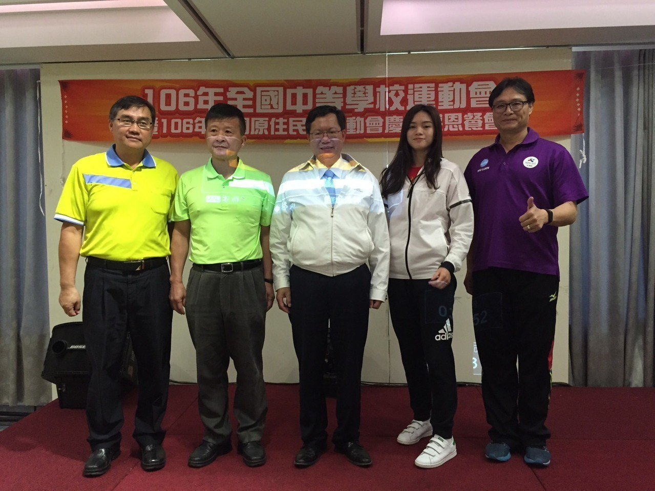 蘇柏亞(右2)曾接受桃園市長鄭文燦表揚。圖╱蘇俊維提供
