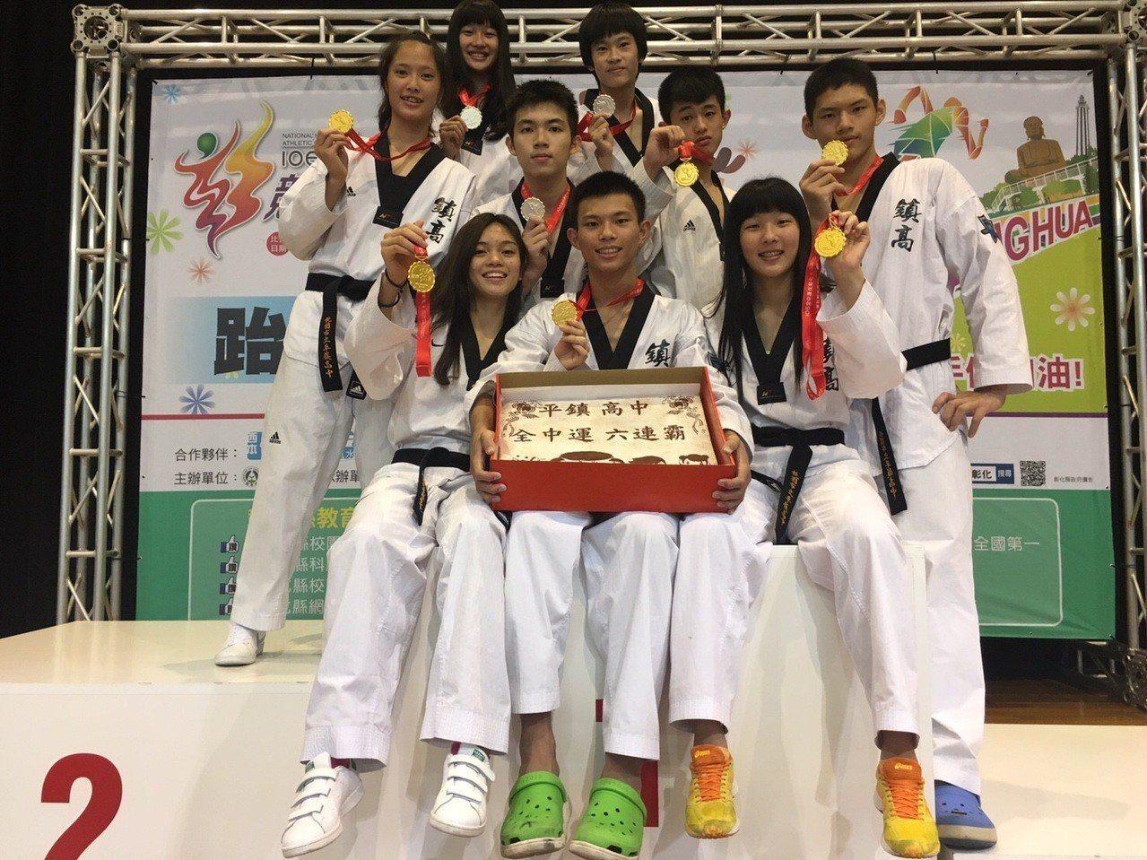 蘇柏亞(前排左1)在平鎮高中就是金牌常勝軍。圖╱平鎮高中陳維新教練提供