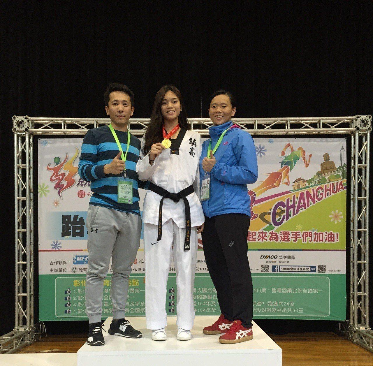 平鎮高中張瓊芳(右)、陳維新(右)教練都認為蘇柏亞具有很好的運動條件。圖/陳維新...