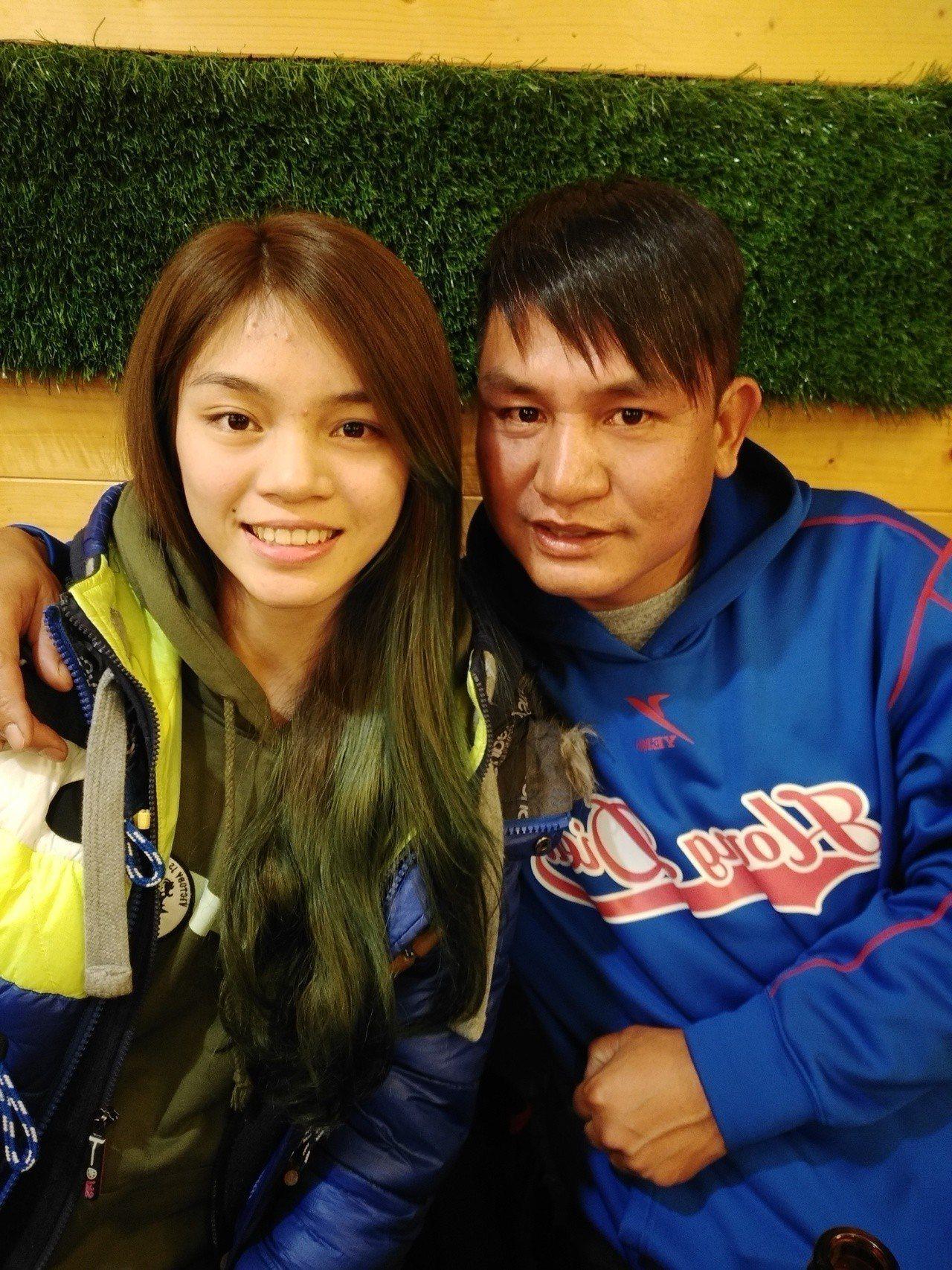 蘇俊維(右)表示當初因為想讓女兒蘇柏亞(左)多運動、健康才答應她學跆拳。圖/蘇俊...