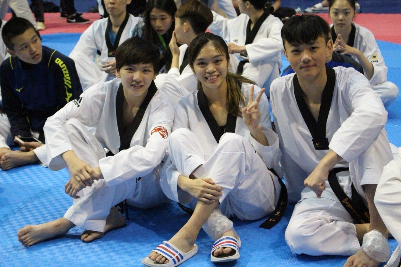 蘇柏亞(中)在跆拳隊有許多好朋友。圖/蘇俊維提供