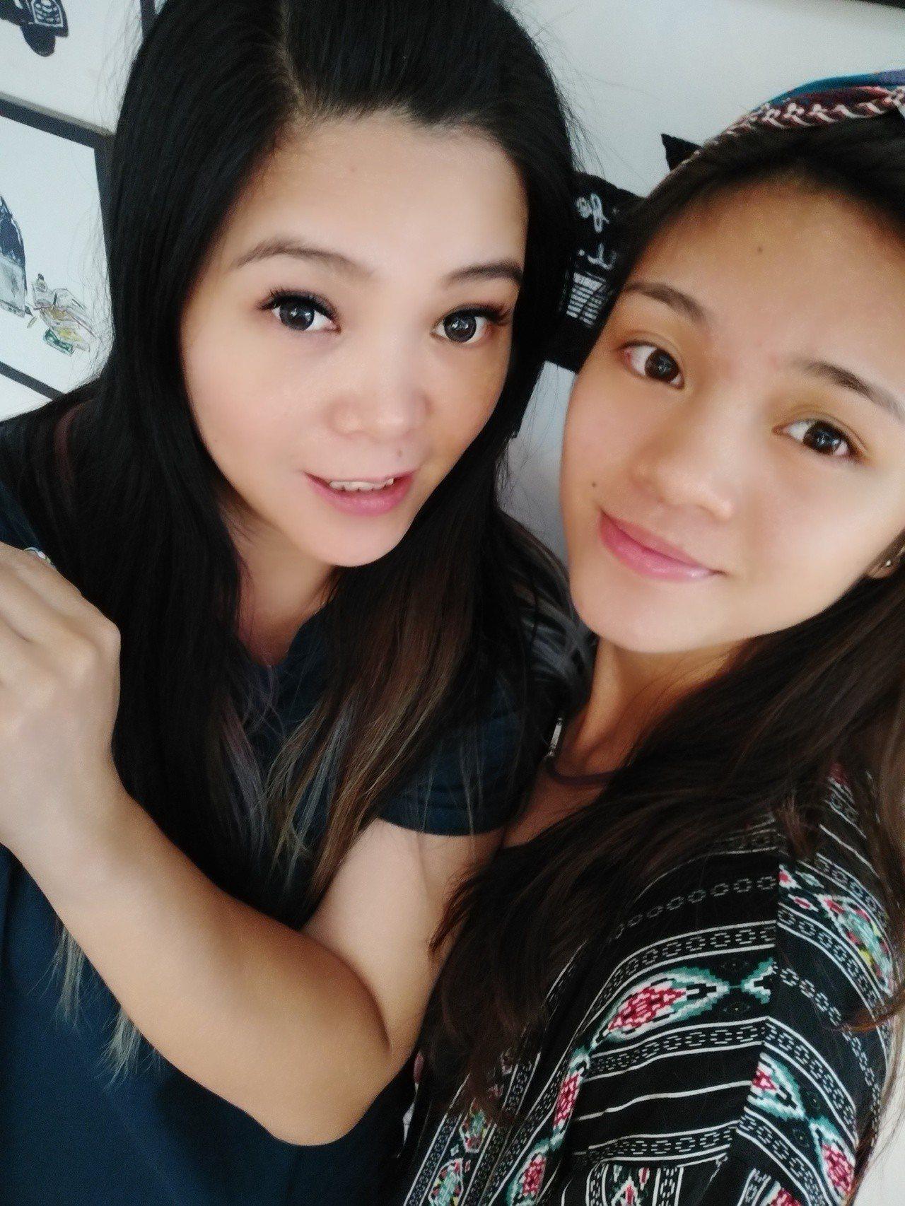 蘇柏亞(右)和母親陳莉莉(左)看起來像姊妹。圖/蘇俊維提供