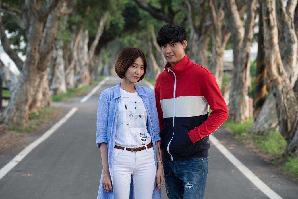 羅宏正(右)、劉宇菁在「高校英雄傳」中產生情愫。圖/台視提供