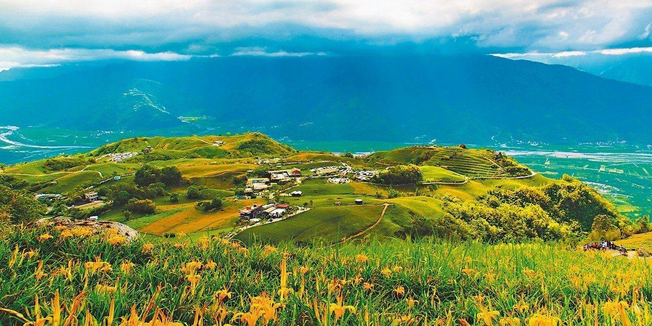 「來去縱谷住一晚!」晨起欣賞六十石山的日出與金針花海。 圖/縱管處提供