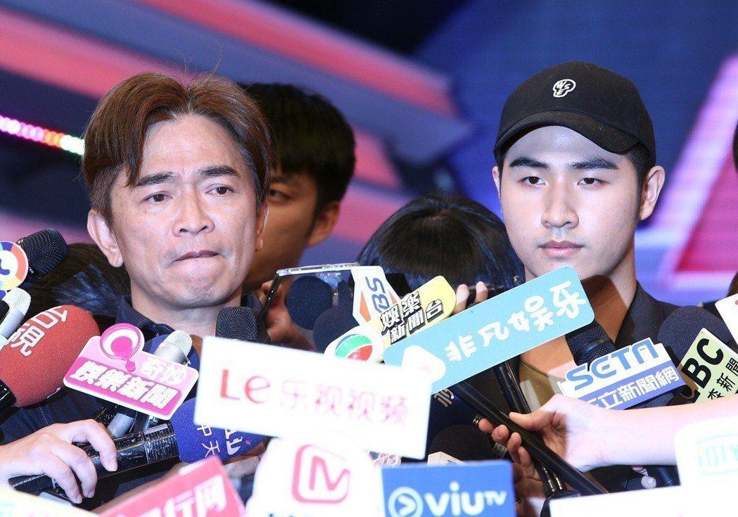 吳宗憲(左)帶兒子吳睿軒一起開記者會,表情凝重。圖/聯合報資料照