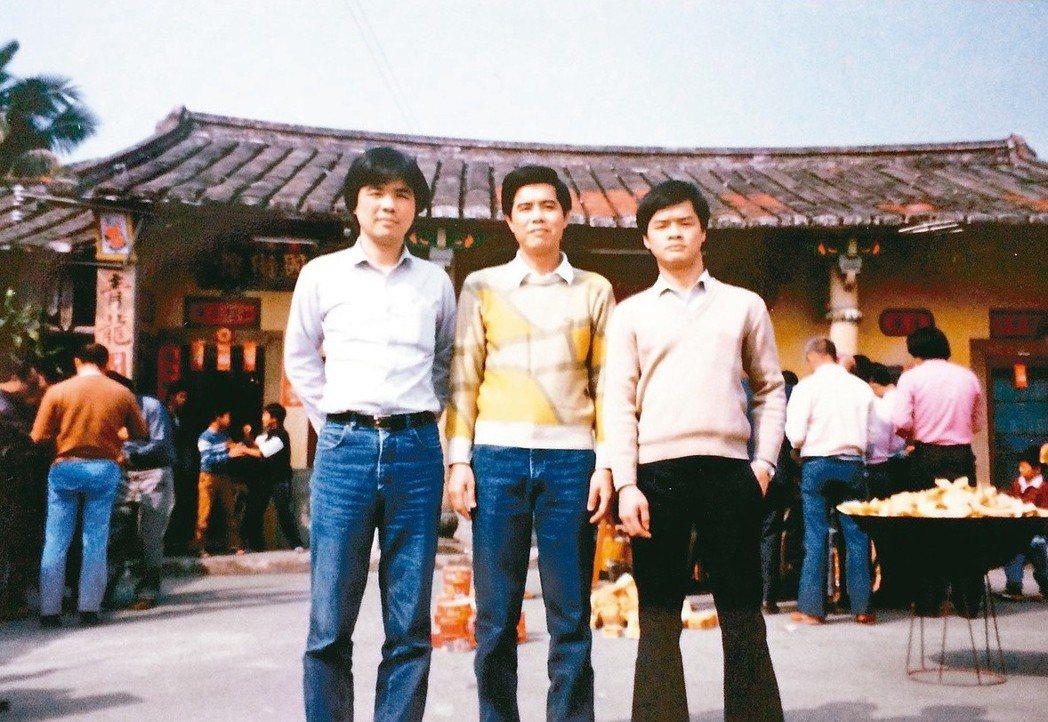 90年代末,除夕祭祖,陳雨航(左一)與兄弟攝於陳屋夥房祠堂前。