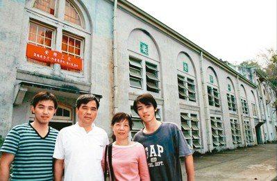 2008年,陳雨航(左二)偕同家人初訪竹仔門電廠。