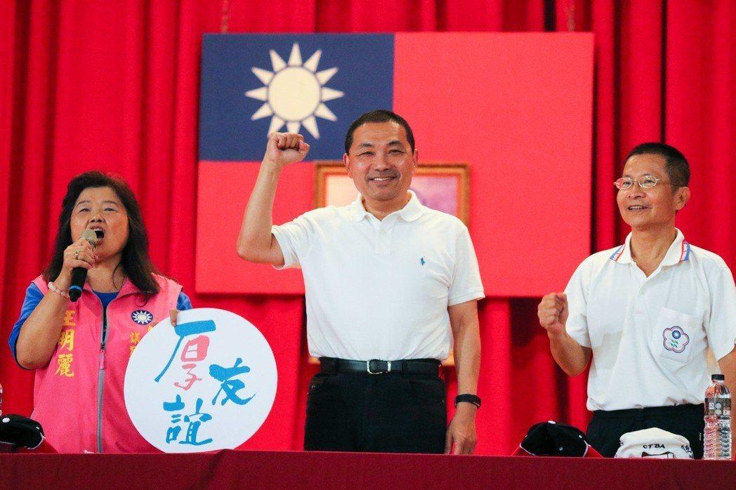 國民黨新北市長參選人侯友宜(中)最常見的就是藍色、白色POLO衫。 記者王敏旭/...