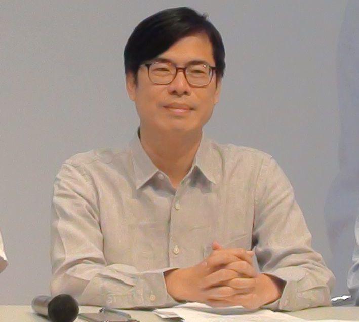 民進黨高雄市長參選人陳其邁喜歡自在的、淡色的長袖上衣,他說這些都是平價國民衣。 ...
