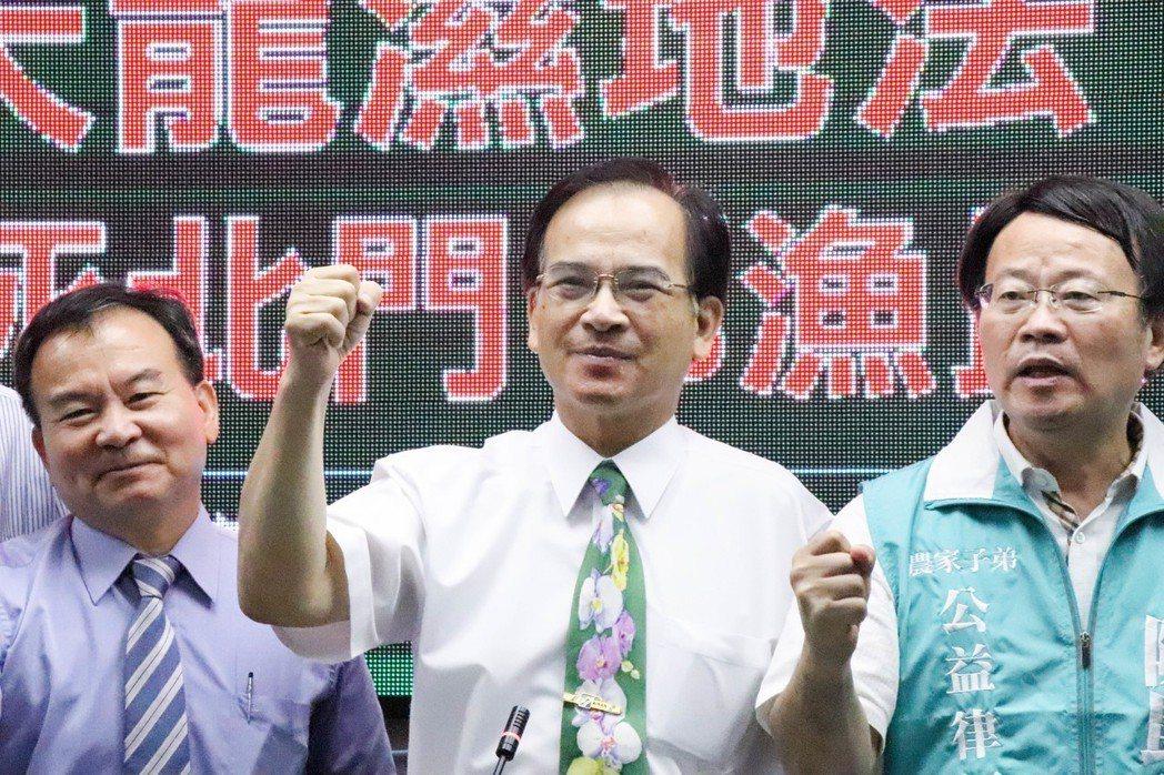 前台南縣長、無黨籍台南市長參選人蘇煥智(中)跑行程時,會繫上不同的蘭花圖樣領帶。...