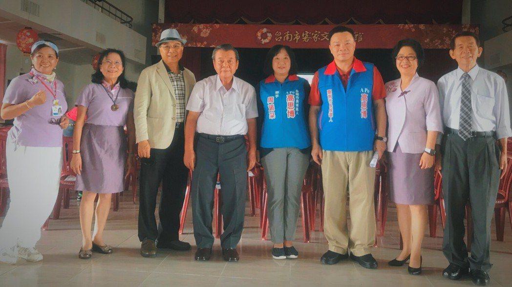 國民黨台南市長參選人高思博(右三)平常跑行程都習慣穿著polo衫和卡其褲。 圖/...