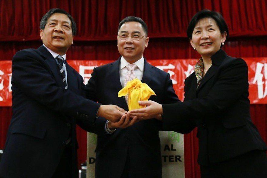華盛頓中國和平統一促進會今年一月舉行換屆儀式,何曉慧(右)從前會長吳惠秋(左)接...