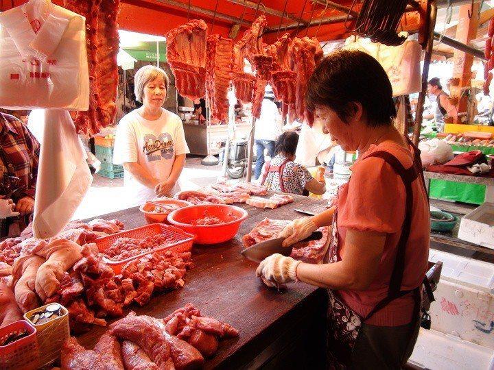 處理生豬肉時建議戴手套,圖非當事人。報系資料照