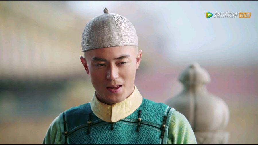 霍建華飾演的黃上,穿上綠色馬甲服,慘遭網友虧像「綠鸚鵡」。圖/擷自騰訊視頻