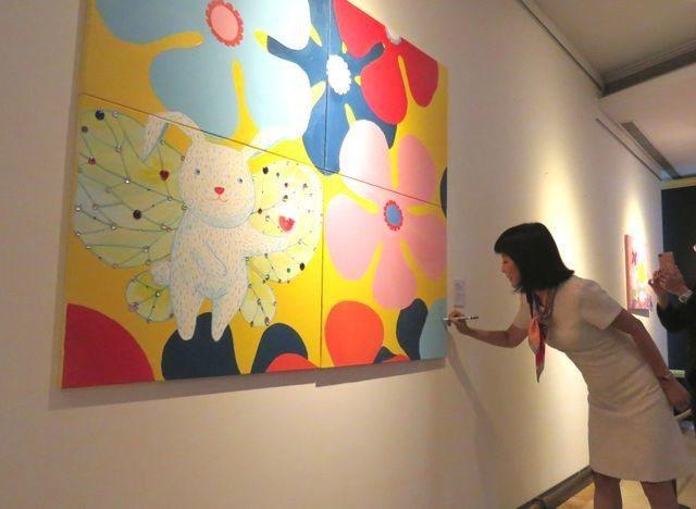 吳淡如親自從台北南下高雄出席「月圓滿‧愛飛翔」義賣畫展,除介紹每幅畫作的創作背景...