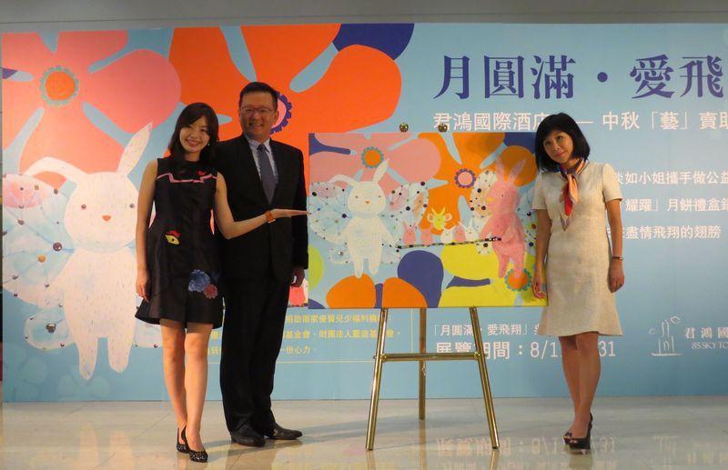 知名作家吳淡如(右)因與君鴻國際酒店董事長張慶輝夫人(左一)是好友,在因緣際會下...