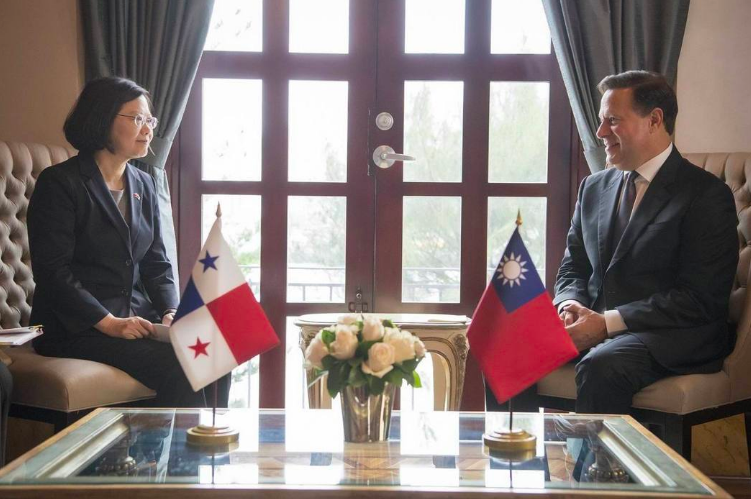巴拿馬總統瓦雷拉去年宣布與中國大陸建交。圖為2016年蔡英文訪問巴拿馬,與巴國總...