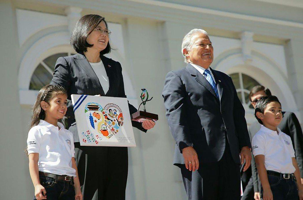 蔡英文總統才出訪返國,中共即挖我邦交國薩爾瓦多。圖為去年初蔡英文總統訪問薩爾瓦多...