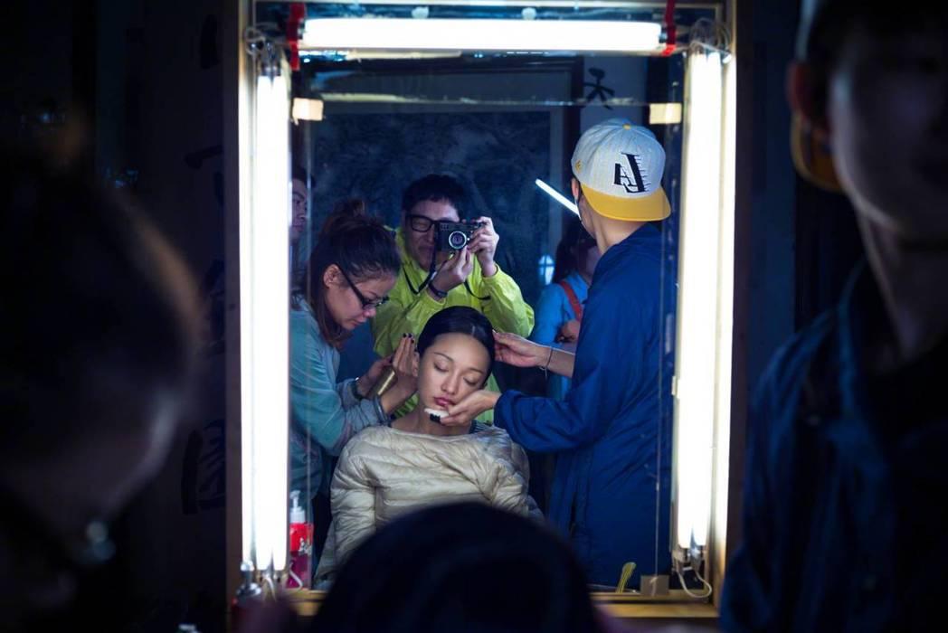 周迅PO出拍攝「如懿傳」時的幕後花絮照。圖/摘自微博